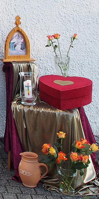 Sprechende Symbole: Rosen und Herzdose (Foto: Wehrle)