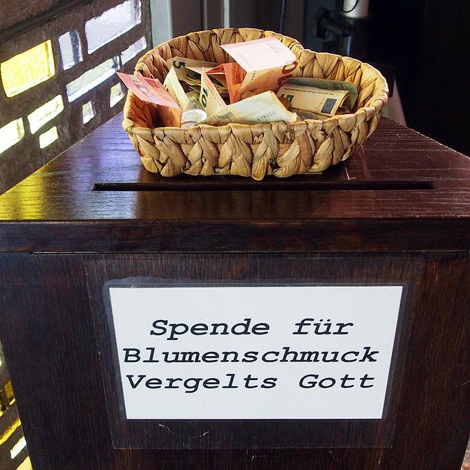 Rosenspenden im Opferstock (Foto: SAL)