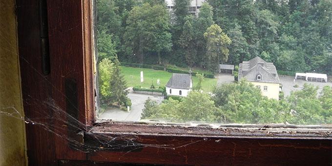 Die Fenster im Bundesheim müssen dringend aufgearbeitet werden (Foto: Philipps)