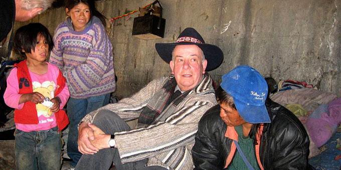 Padre José besucht die Familie eines Jugendlichen in deren ärmlichen Unterkunft (Foto: Förderverein Arco Iris)
