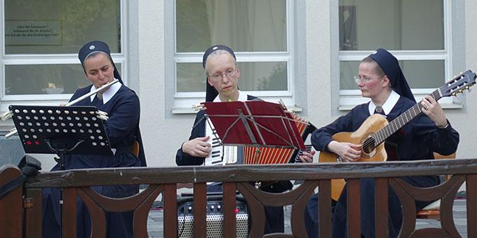 Drei Schwestern erfreuen die Anwesenden während des ganzen Abends mit Musikstücken, dargebracht mit Akkordeon, Querflöte und Gitarre. (Foto: Schw. M. Maritta Zell)