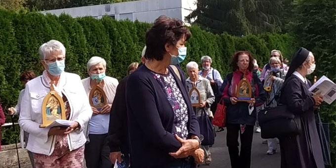 Prozession von der Pilgerkirche zum Urheiligtum (Foto: Munz)