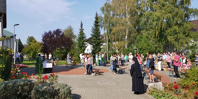 Familiengottesdienst vor dem Schönstatt-Heiligtum auf der Liebfrauenhöhe (Foto: Jehle)