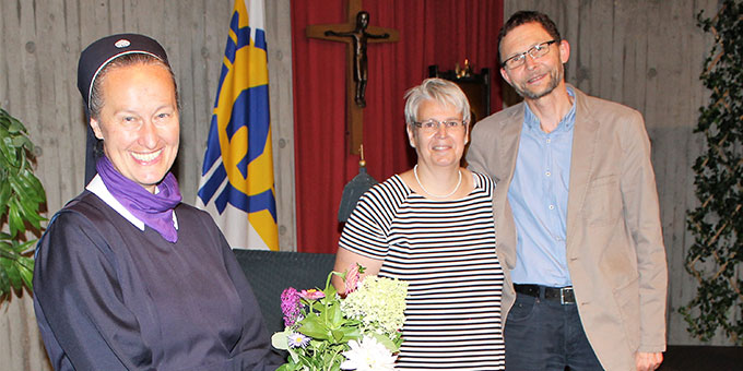 Marigrete und Ansgar Imwalle, Diözesanleiter der Schönstatt-Familienbewegung im Bistum Münster, heißen Sr. M. Gertraud Evanzin herzlich willkommen (Foto: Imwalle)