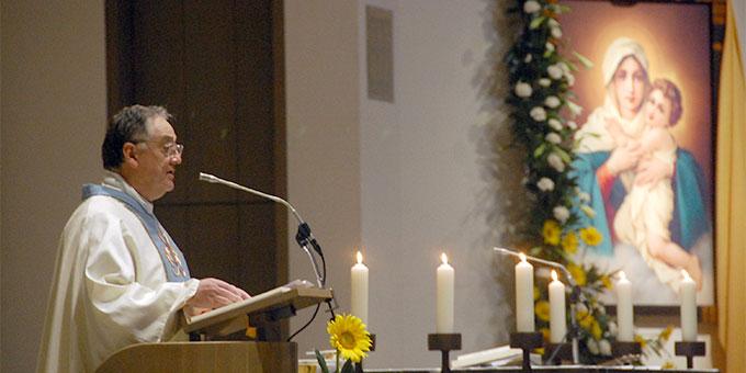 Pater Eduardo Aguirre beim Gedenkgottesdienst in der Pilgerkirche anlässlich des Todestages von Pater Josef Kentenich (Foto: Brehm)