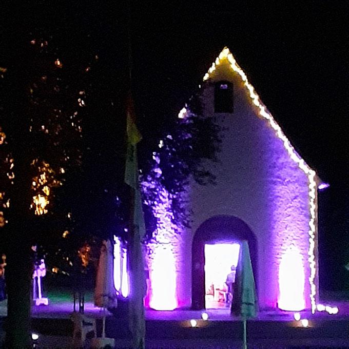 Das Schönstattheiligtum in Dietershausen ist atmosphärisch beleuchtet (Foto: Poppe)