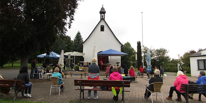 Gottesdienst mit Abstand vor dem Schönstatt-Heiligtum (Foto: Poppe)