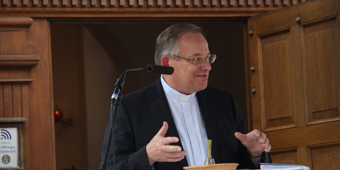 Pfr. Rudolf Liebig vom Vorbereitungsteam erzählt von der Geschichte des Heilig-Geist-Symbols (Foto: Poppe)