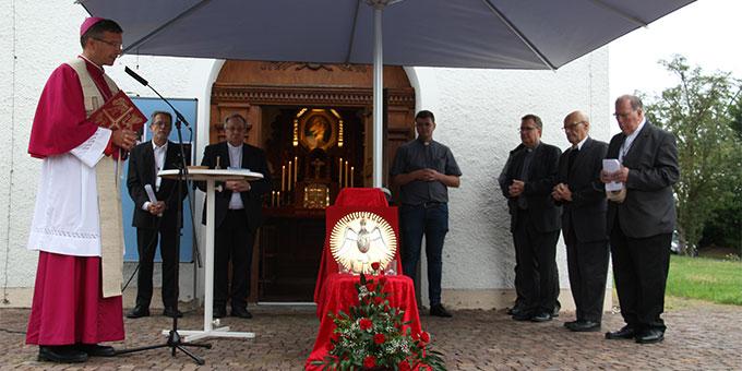 Feier mit Bischof Dr. Michael Gerber zur erneuten Anbringung des Heilig-Geist-Symbols im Schönstatt-Heiligtum in Dietershausen, Bistum Fulda (Foto: Poppe)