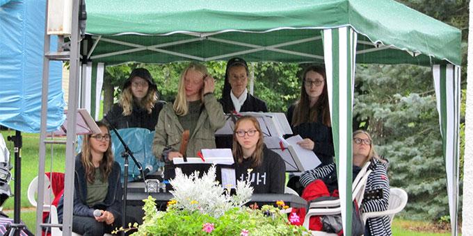 Die Musik-Band der MJF lässt sich vom Regen nicht unterkriegen (Foto: Gehrlein)