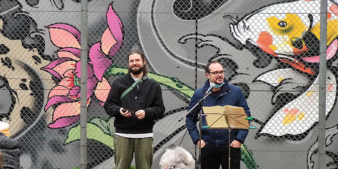Die Künstler Raimund Mylius und Pierre Striebeck geben bei Einweihungsfeier am 18. Oktober 2020 Einblick in die Entstehung des Graffito (Foto: Baumeister)
