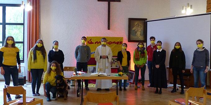 Die diesjaehrigen Misioneros und Misioneras nach einem Gottesdienst im Jugendzentrum Marienberg in Vallendar (Foto: Beyer)
