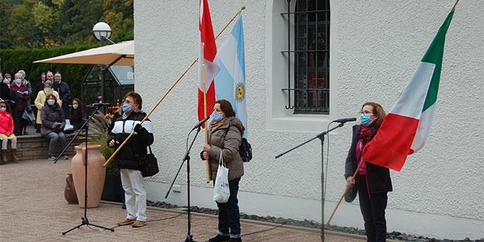 """Beim Einzug der Fahnen benannten die Fahnentragenden in ihrer Landessprache ihre Überzeugung: """"Hoffnung für alle - Maria"""" (Foto: Brehm)"""