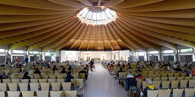 """Unter Corona-Bedingungen wirkt eine """"fast voll besetzte"""" Pilgerkirche beim Oktobertreffen der Schönstatt-Bewegung Deutschland ausgesprochen leer (Foto: Klaus Kröper)"""