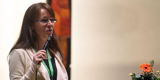 Charmant schwört Moderatorin Kornelia Orlob die Teilnehmenden auf die Einhaltung der Corona-Regeln ein (Foto: Klaus Kröper)