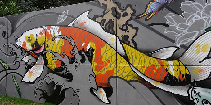 Ausschnitt des überdimensional großen Grafittos zum fünften Tag der Schöpfung von R. Mylius & P. Striebeck im Schönstattzentrum Trier (Foto: Brück)