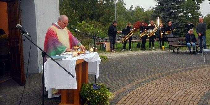 Der Kirchweihgottesdienst des Bamberger Schönstatt-Heiligtums auf dem Marienberg bei Scheßlitz, dem Pfarrer Martin Emge vorstand, wurde musikalisch von einer fünfköpfigen Saxophonband mitgestaltet (Foto: Hanne Widera)