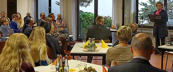 Zahlreiche Gäste sind der Einladung zum Tag der offenen Tür des Storchennestes im Pilgerhaus gefolgt. Fürstin Gabriela, Schirmherrin des Vereins, spricht zu den geladenen Gästen von dem großen Einsatz, den Lichtzeichen für das Leben schenkt (Foto: Brück)