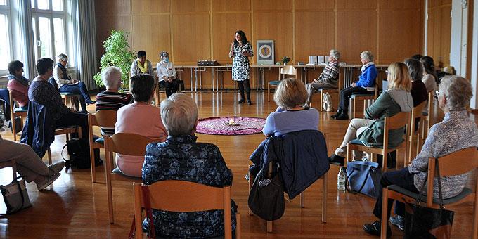 """""""Inspirieren"""" ist der Beitrag von Annette Heizmann beim Tag der Frau – im Workshop zu ihrem neuen Buch (Foto: Baumann)"""