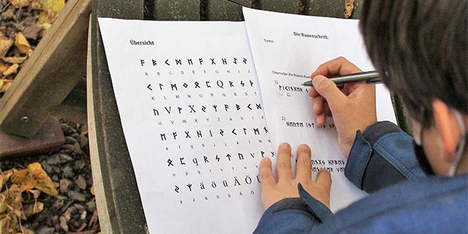 Wie heißen die Botschaften - Runen entschlüsseln (Foto: Imwalle)