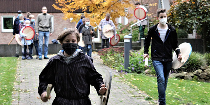 Tag für Jungen in Münster: Wer gewinnt - Wettrennen mit Schild und Stock (Foto: Imwalle)