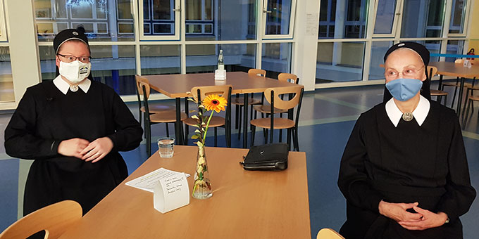 Schwester Christamaria (l) und Schwester M. Aleja Slaughter, Generaloberin der Schönstätter Marienschwestern in der Mensa der SMS während der Feier der Preisübergabe (Foto: Jutta Jocks)