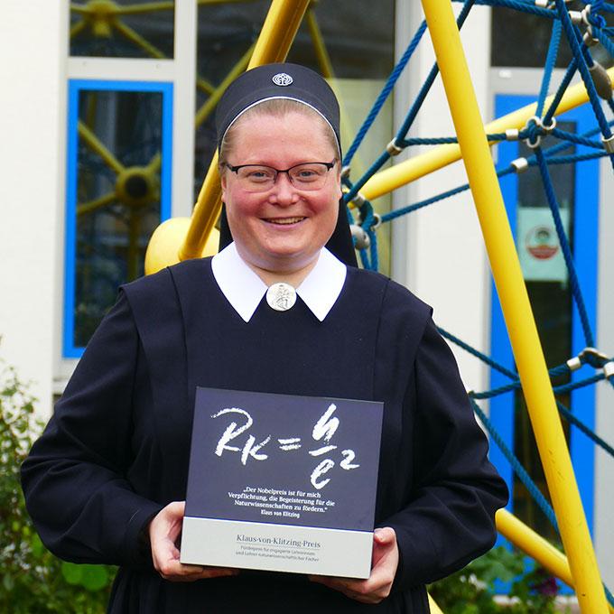 Die Preisträgerin auf dem Schulhof der SMS (Foto: Jutta Jocks)