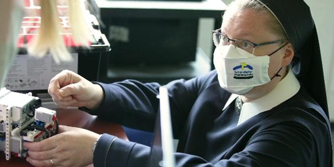 Sr. Christamaria bei der Robotik-AG (Foto: EWE-Stiftung)