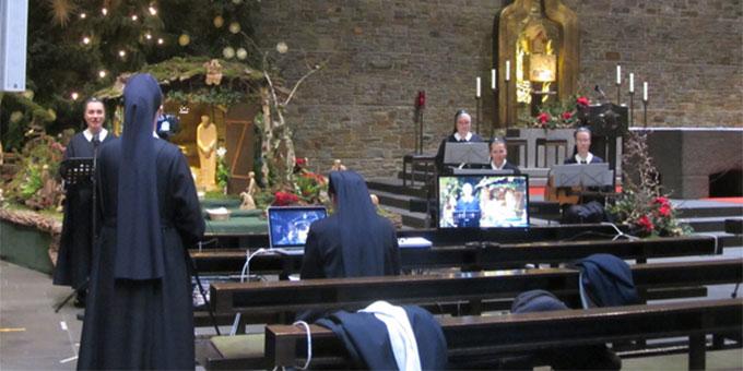 """Produktion der """"10 Minuten an der Krippe"""" in der Dreifaltigkeitskirche, Berg Schönstatt, Vallendar (Foto: Pilgerzentrale Schönstatt)"""