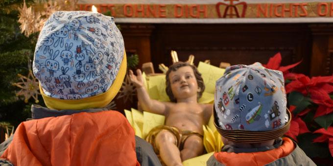 """Das Christkind umgeben von unzähligen """"Wünschesterne"""" bei der Advents- und Weihnachtsaktion der Schönstatt-Familienbewegung  auf dem Schesslitzer Marienberg (Foto: Pongratz)"""