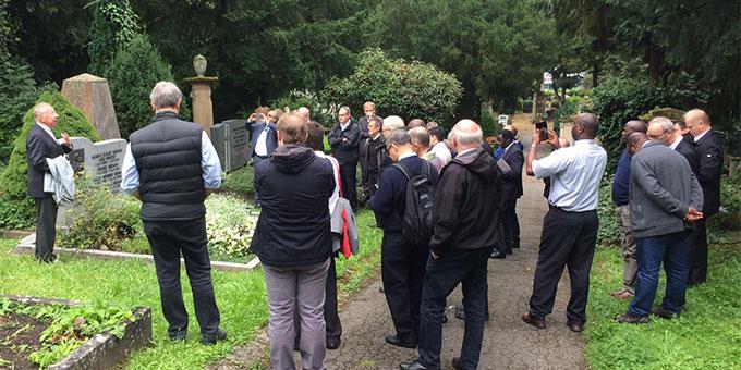 Besuch am Grab Werner Krimms während des Generalkongresses seiner Priestergemeinschaft 2016 (Foto: Brantzen)