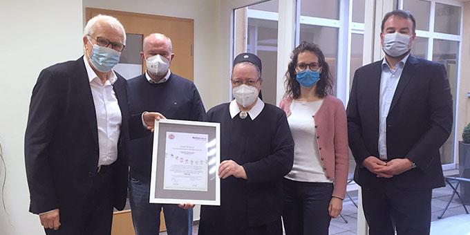 Im Rahmen einer Firmenbesichtigung erhielt Schwester M. Birgitta Binder ein Zertifikat für nachhaltige Hygienesicherheit überreicht (Foto: SFF)