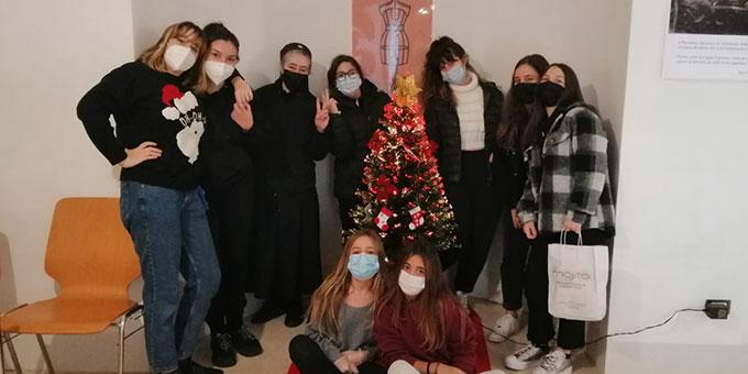 Die Helfergruppe aus der weiblichen Schönstatt-Jugend zusammen mit Schwester M. Júlia de Almeida (Foto: Cervi)