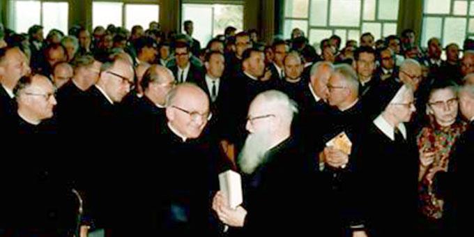Pater Josef Kentenich bei einer Begegnung mit Vertretern der Schönstattfamilie in der Aula der Schönstätter Marienschule (Foto: Archiv)