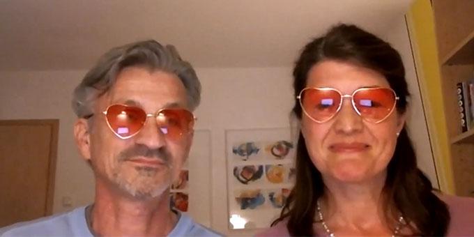 """Hildegard & Helmut Kirschner beim Vortrag zum Thema """"Das WIR trägt – wo wir Heimat erleben"""" (Bildschirmfoto: Miller)"""