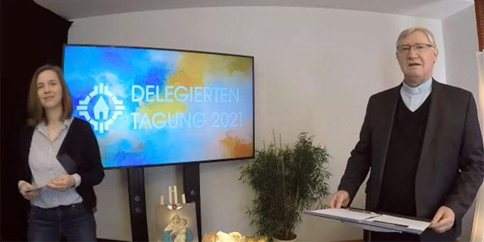 Carolin Brehm und Pater Ludwig Güthlein moderierten in einem provisorisch eingerichteten Studio die Delegiertentagung 2021 der Schönstatt-Bewegung Deutschland (Foto: Brehm)