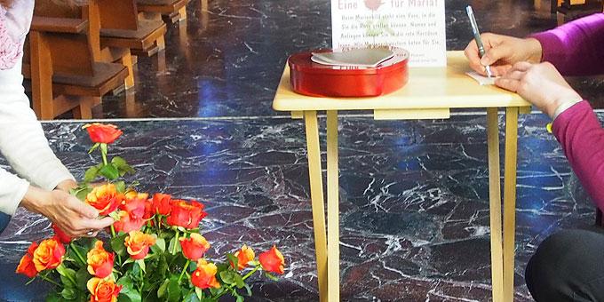 Maria eine Rose schenken und Namen ins Gebets-Herz einschreiben (Foto: SAL)