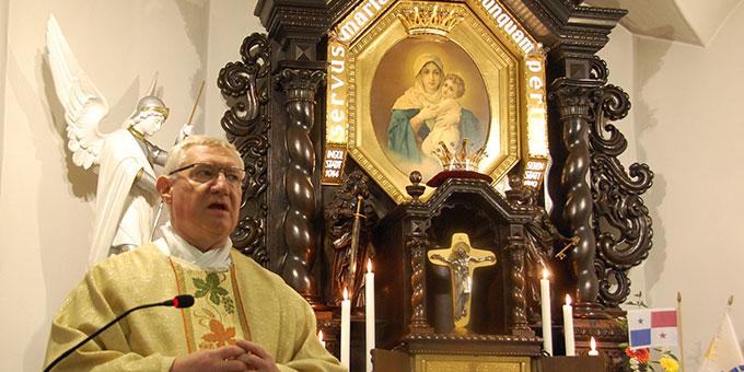 Pater Ludwig Güthlein: Predigtimpuls im Urheiligtum (Foto: Brehm)