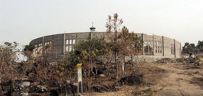 Die Außenmauern der neuen Wallfahrtskirche entstehen (Foto: Freundeskreis Marza)
