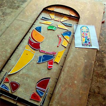 Vorarbeiten für ein Kirchenfenster (Foto: Freundeskreis Marza)