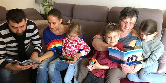 FamilienfestivalZUHAUSE: In der Kombination Livebild auf dem Handy und Festival-Programmheft in der Hand, kann man gut an der Eröffnungsveranstaltung teilnehmen (Foto: privat)