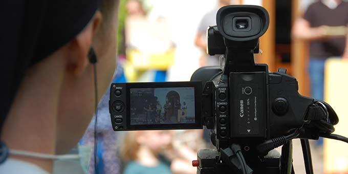 Die Kamera Frauen und Männer und Techniker bei den Proben (Foto: Brehm)