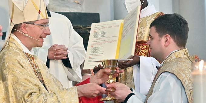 Bischof Michael Gerber, Fulda, spendet Johannes Wende das Sakrament der Priesterweihe (Foto: Bistum Fulda / A. Müller)