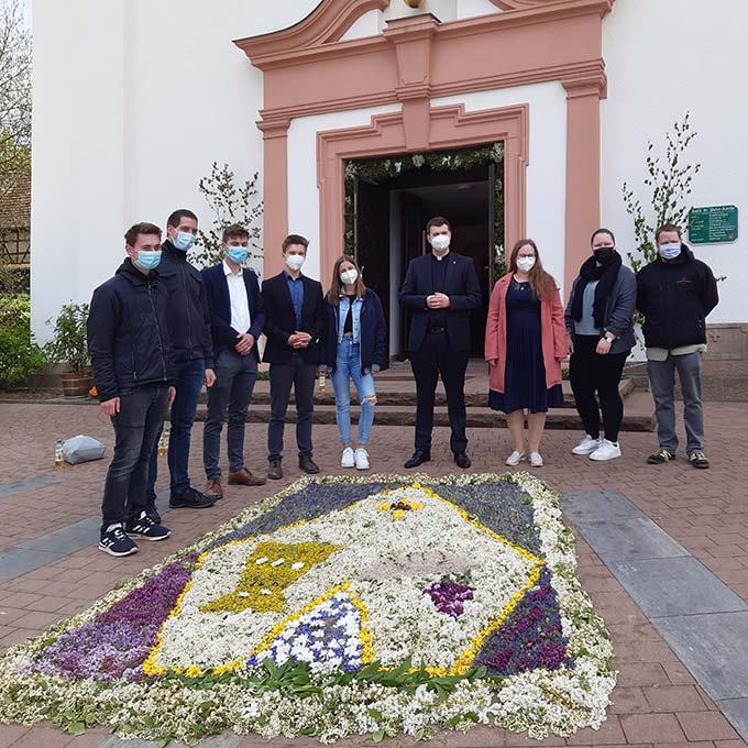 Der Primiziant mit seinen Freunden aus der Schönstatt-Jugend (Foto: St. Rützel)