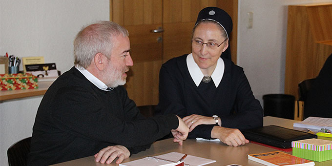 Im Gespräch mit Pater Michael Czysch (Foto: Reiling)