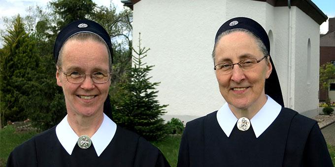 Schwester M. Sophia Brüning (l) löst Schwester M. Caja Bernhard in der Leitung der Schönstattbewegung Frauen und Mütter ab. (Foto: Reiling)