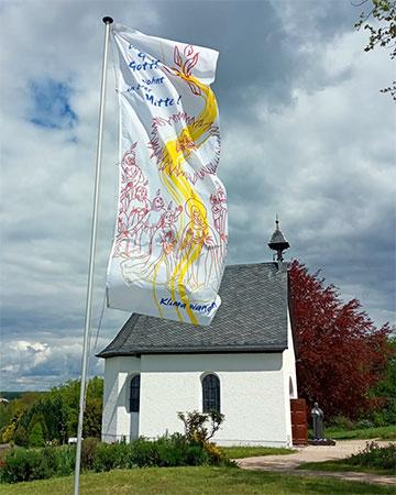 Pfingstfahne beim Schönstatt-Heiligtum Berg Sion, Vallendar (Foto: Güthlein)
