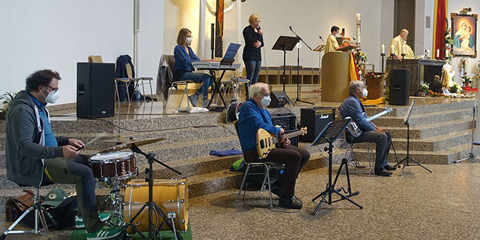 Die Band Jeton gestaltete den Gottesdienst musikalisch (Foto: Trieb)