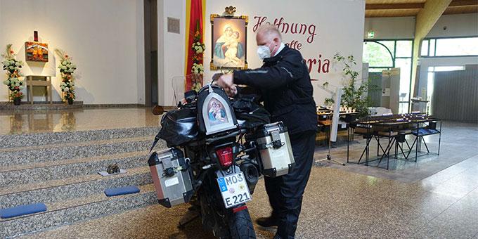 Motorräder in der und um die Pilgerkirche beim Bikergottesdienst in Schönstatt, Vallendar (Foto: Trieb)