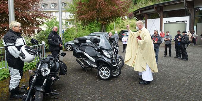 Nach dem Gottesdienst wurden die Fahrer, Beifahrer und ihre Maschinen gesegnet (Foto: Trieb)